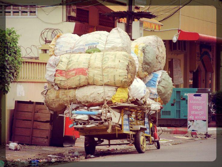 An overloaded car in #PhnomPenh, #Cambodia / Charriot surchargé dans Phnom Penh au Cambodge
