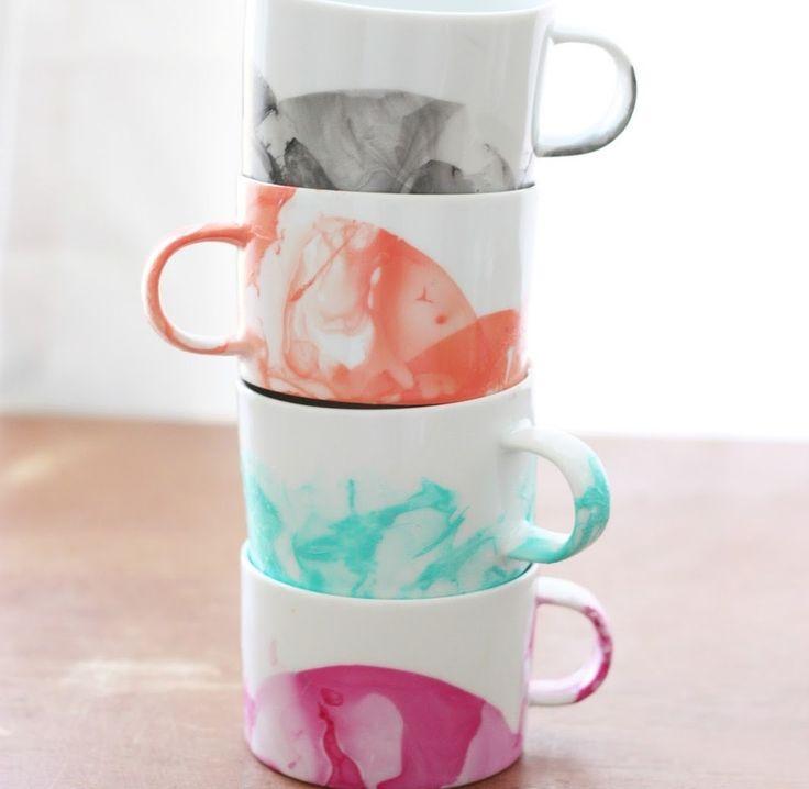 Что будет, если соединить воду и маникюрный лак? Обыкновенные белые чашки можно превратить в необычный подарок, который будет хранить тепло ваших рук.  Для этого вам потребуются: белая керамическая кружка, одноразовый контейнер для жидкости и лак для ногтей. Меньше 15 минут - а результат выглядит очень красиво. Но эти кружки можно мыть только вручную. Однако вместо лака для ногтей можно использовать краску для стекла или керамики. Затем чашку можно обжечь в обычной духовке, после чего её…