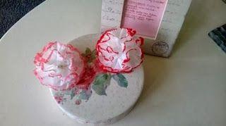 .Gemaakt van papieren zakdoekjes. http://www.welke.nl/lookbook/hatseflatser/Hatseflats-to-do-lijst/xEmmie/Leuk-boeketje-bloemen-van-zakdoekjes.1363192766