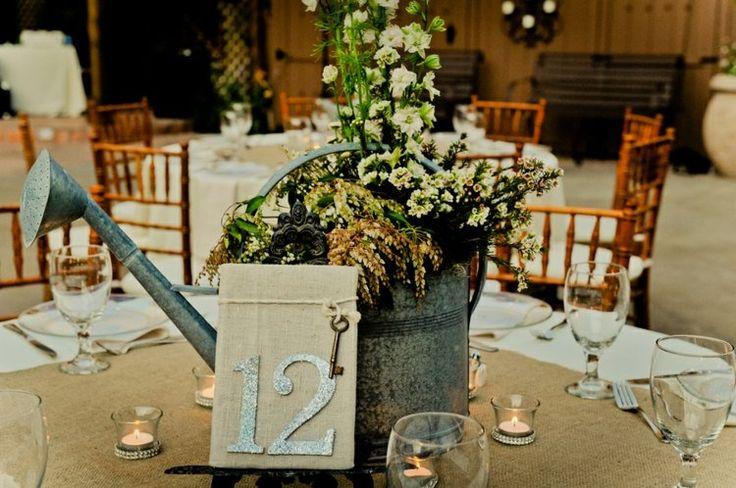 deco-mariage-champetre-arrosoir-métal-vase-arrangement-fleurs-champ-numéro-table