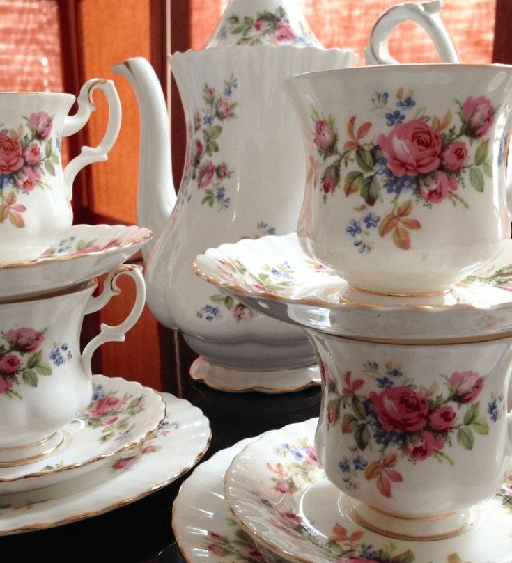 Moss Rose - la escencia del jardín inglés en tu mesa Este estilizado diseño floral fue utilizado entre los años 1947 al 2001. El bouquet de flores sobre fondo blanco, el dorado de las orillas y la forma fina de este juego alegrarán tu mesa. Este hermoso juego de 18 piezas está en perfectas condiciones y consiste en: Tetera/cafetera de 1.5 lt6 tazas de café6 platos de torta (16cms)Set cremero/azucarero&#x...