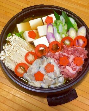 「肝機能維持に♪亜鉛たっぷり★牡蠣鍋」牡蠣は亜鉛を沢山含まれているので、お酒を飲んだ時におすすめの食材です。豚肉はビタミンB1を多く含んでいます。生姜を入れて代謝アップの、健康鍋になりました。【楽天レシピ】