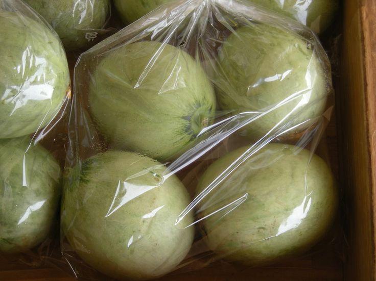 【摘果メロン : なだろう】ベビーメロンとも呼ばれています。メロンを栽培するには、つるの調整や実の付き方の調整、その他肥大の調整などの必要がある為、収穫よりも前の段階の実の小さな時に摘果を行っています。その時にとれたものが、いわゆる摘果メロンとなります。