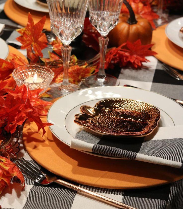 Uma composição chique e elegante usando cores e objetos  do tema Fall & Halloween. . Preto branco laranja abóboras e folhas outonais foram escolhidos para essa mesa. A estampa xadrez é muito versátil sendo possível usá-la nas mais diversas produções. Aqui a toalha e os guardanapos @bela_mesa_manaus formam um conjunto harmonioso com os sousplats de tecido laranja que complementam o visual temático. O centro de mesa formado por folhas e velas traz aconchego à mesa. Os itens metálicos como os…
