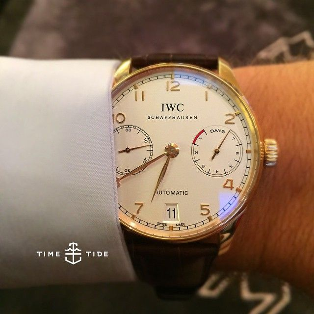 The perfect, exquisite symmetry of the IWC Portugese. And don't even start on those Arabic numerals... Gowings Bar & Grill just got a little hotter . ️ #iwc #iwcportugese #perfection #ocd #womw #wristshot #wristporn