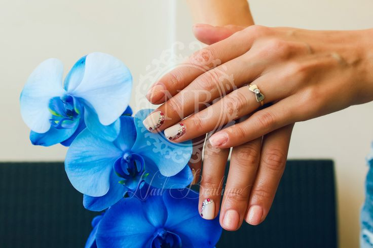 Blue flowers match perfectly these natural nails
