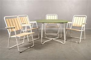 BRIO, utemöbler 1950-tal. Brassestolar och bord. Gulmålade ribbor i sits och rygg. Grönt runt bord med urtag för parasoll. Diam: 100, H 66 cm. Vitlackad metallstomme. Nyare bemålning, bruksslitage på metallstommen. (5)