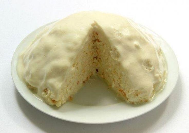 INGREDIENTE: o conservă de lapte condensat; 1 kg de brânză dulce; o portocală; ½ pahar de smântână; ½ pahar de zahăr. MOD DE PREPARARE: Puneți brânza și laptele condensat într-un bol adânc. Dați coaja portocalei prin răzătoarea mare. Nu veți avea nevoie de pulpa ei. Omogenizați amestecul cu lingura. Transferați compoziția obținută pe o farfurie plată. Modelați din ea o semisferă, presându-o cu lingura. Pregătiți crema: bateți smântâna și zahărul cu mixerul. Răspândiți crema pe suprafața…