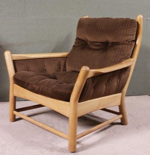 Een prachtige, grote Deense retro-fauteuil te koop, bekleed met bruine ribstof.   De stof is in goede staat, evenals het houtwerk. Doet denken aan het werk van Hans Wegner, Finn Juhl en Bovenkamp. Zou me niks verbazen als het van 1 van deze 3 is!    Echt een eye-catcher voor wie van design, vintage en retro meubelen houdt.   Wie geeft deze fijne, luie stoel een goede plek in zijn of haar huis? Zit heerlijk!     Prijs: 200 euro