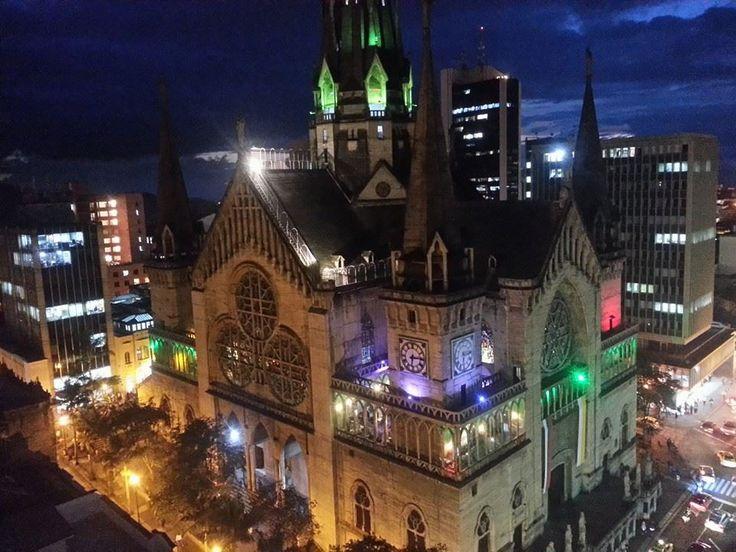 Catedral de Manizales, bellamente iluminada, Colombia.