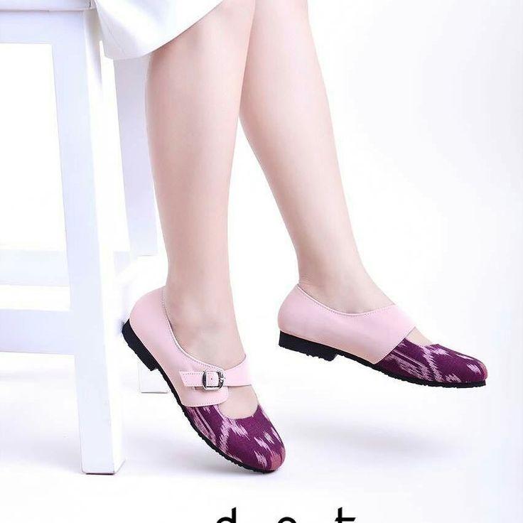 Titania Pink  Material : Tenun Endek Bali bahan cotton dengan faux leather warna pink Insole : breathable faux leather Outsole : ecofriendly anti slip rubber  Idr 170K  Order  Wa 0856 2807 222  Line sepatuflatcantik (pakai@)