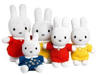 Een familie nijntjes bij elkaar ;-)   Deze zijn van Anne Claire Petit ,   maar wil je er zelf eentje haken dan vind je  hier   een soor...