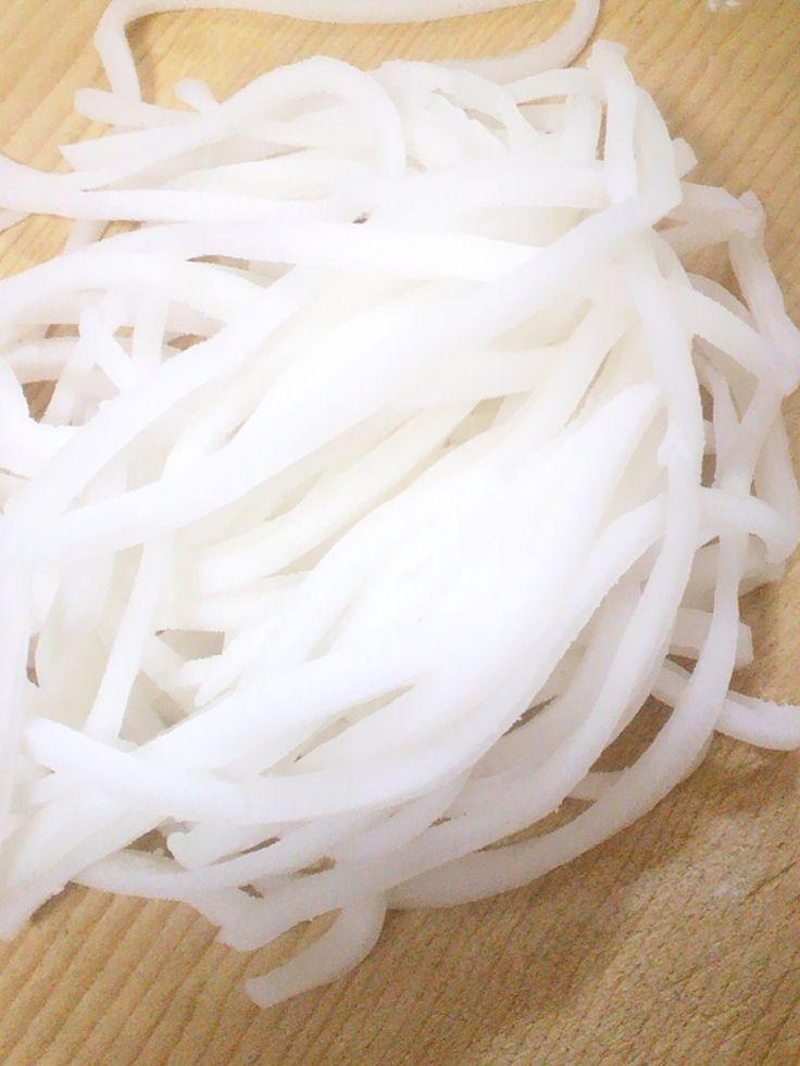 米粉で☆手打ちライスヌードル♪         【話題入り感謝!】米粉で麺を打ってみました。小麦粉とは異なるつるつる食感が楽しいですヨ♪ ☆mini☆ 材料 (1人分) 米粉(上新粉) 25g 片栗粉 25g 水 大さじ4 塩 1つまみ 作り方 1 粉類を合わせて泡だて器手で混ぜる。水を一気に合わせてよく混ぜる。 2 レンジで500w30秒温めたらへラでよく混ぜる。再度30秒後固まったらヘラで底から出す。必要に応じて30秒づつ追加 3 ヘラで押しながら転がすように捏ねる(熱いので火傷しないよう)。熱がとれたら手で捏ねる。 4 麺棒に打ち粉をして生地をのばす。粘りがあり伸ばしにくいけどできるところまでがんばって♪ 5 麺が薄くなりずらいので1~2ミリくらいに切る。タッパーの蓋を裏にして包丁を充てると切りやすいです 6 ほぐしたら完成。小さじ1の塩とたっぷりの沸騰した湯で30~1分。浮いたらざるにとり流水で洗い締める。 7 フォーにしてみました。ID:2153381 自家製米粉ID:2142404 8 カットなしでピザ生地にも:2142431 9 米粉から作るライスペーパー…
