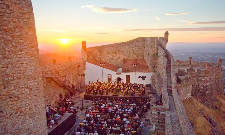 Cinco experiencias eco-chic en el #Alentejo, #Portugal - via Hola 18-07-2017 | Más que lujo, en esta región portuguesa lo que se lleva es la sostenibilidad, la armonía con la naturaleza y lo eco-friendly. Y para disfrutar de su autenticidad mejor descubrirla con planes fuera de ruta, como estos que te proponemos. Photo: Festival de Marvão