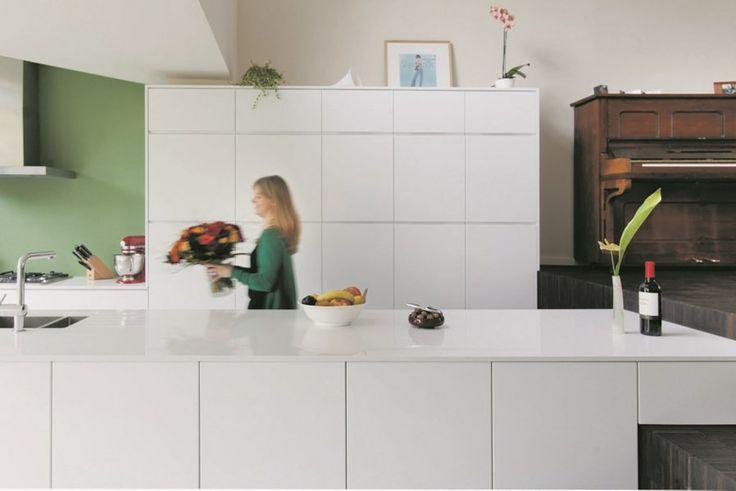 Het lage plafond in de keuken creëert intimiteit en een ideale akoestiek.