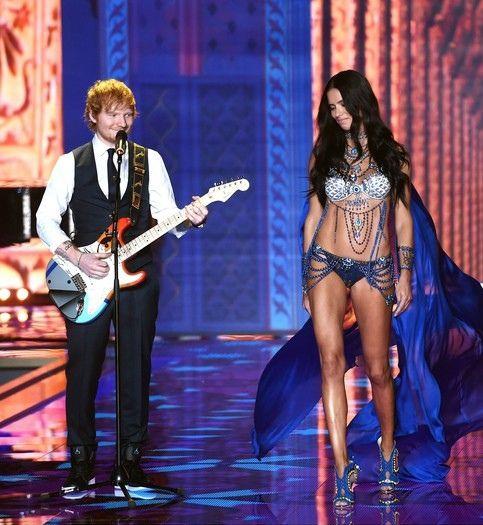 Pokaz Victoria's Secret 2014 - goście muzyczni, Ed Sheeran, Adriana Lima i Alessandra Ambrosio, fot. East News