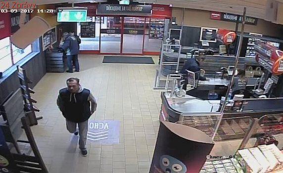 Tři muži odešli, ze šesti lahví alkoholu zůstaly v obchodě jen čipy