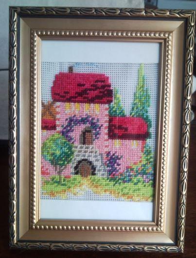 розовый домик дом красная крыша цветы деревья туи вышивка крест полукрест
