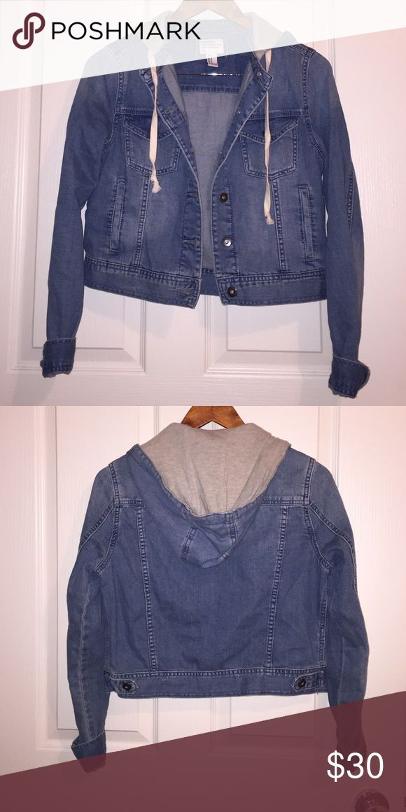 Hooded Jean Jacket Soft, medium wash denim jacket with a removable hood (buttons on). Perfect for fall! Only worn once but in great condition! Forever 21 Jackets & Coats Jean Jackets