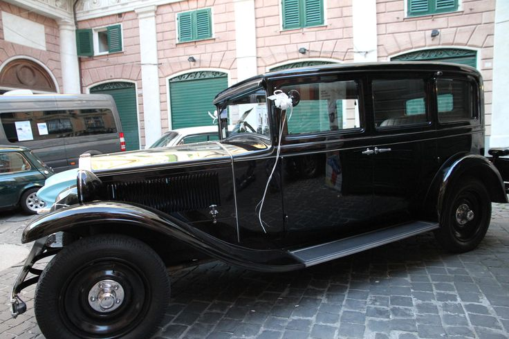 Una Lancia Artena del 1932 accompagna gli sposi.