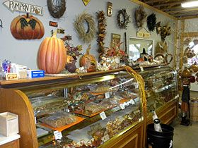 Country store ideasCoffee Shops, Farms Junk, Crafts Ideas, Farms Country, Country Business, Glasses Counter, Food Holders, General Stores, Country Stores