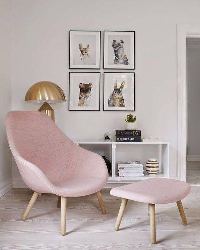 Pink chair <3    Cantinho de leitura cheio de charme! ❤️ Nem sei explicar meu amor por móveis em pé palito! Adoro, e vocês? - Fun and elegant room for reader lovers! #berriesandloveliving #interiordesign #homedecor #lardocelar #decoracaodecasa