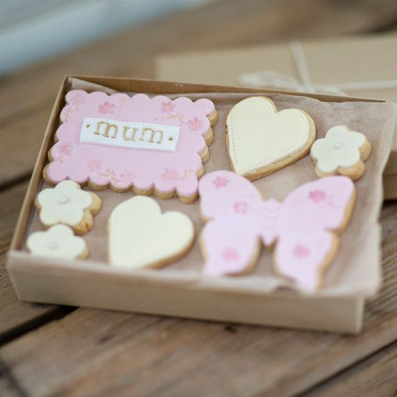 Gorgeous Pink Love you Mum cookie Gift box by NilaHolden perfect for Mother's Day or Mum's birthday!