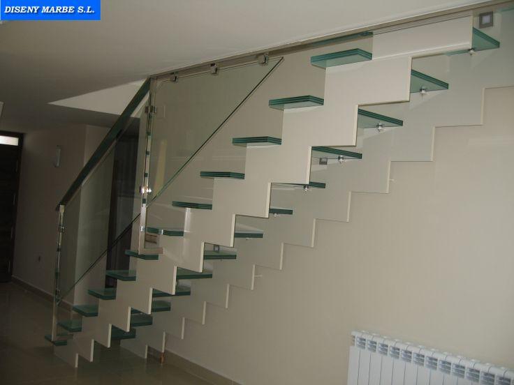 barandilla de acero inoxidable con cristal laminar sobre escalera de hierro con peldaos de cristal