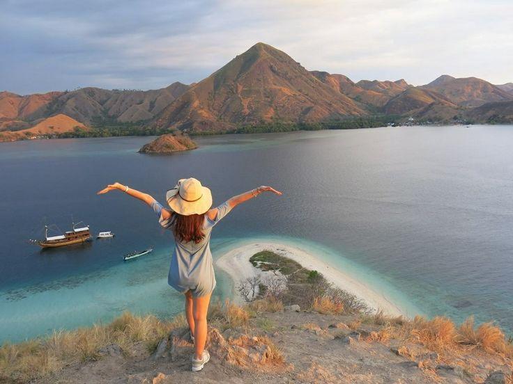 Good Morning Everyone!! What a beautiful day to start the week.  Location : Pulau Kelor, Taman Nasional Komodo. . . #explorekomodoisland #pulaukomodo #komodotrip #sailingkomodo #gililawa #pulaukelor #gililawadarat #tamannasionalkomodo #explorekomodo #padarisland #nusatenggaratimur #pesonaalam #pesonaindonesia #wonderfulindonesia #indonesiabagus #travel #tukangjalan #tukangjalantrip #tukang_jalan #travelling #liburanseru #exploreflores #ntt