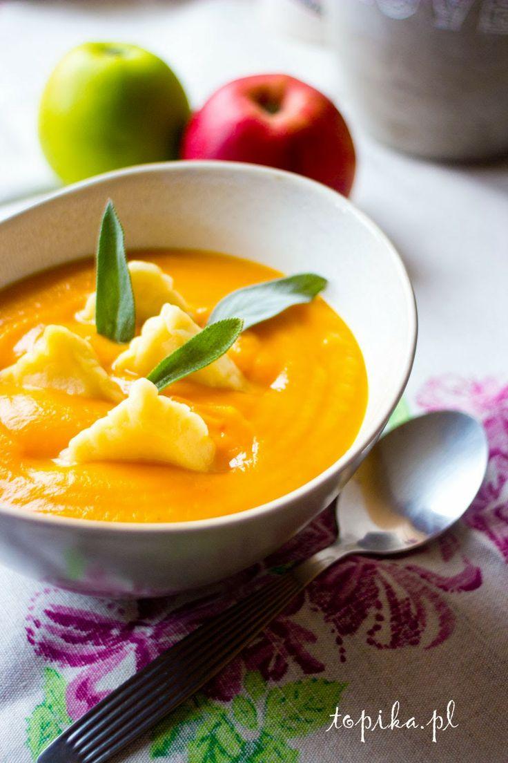 Zupa dyniowa z ravioli i szałwią
