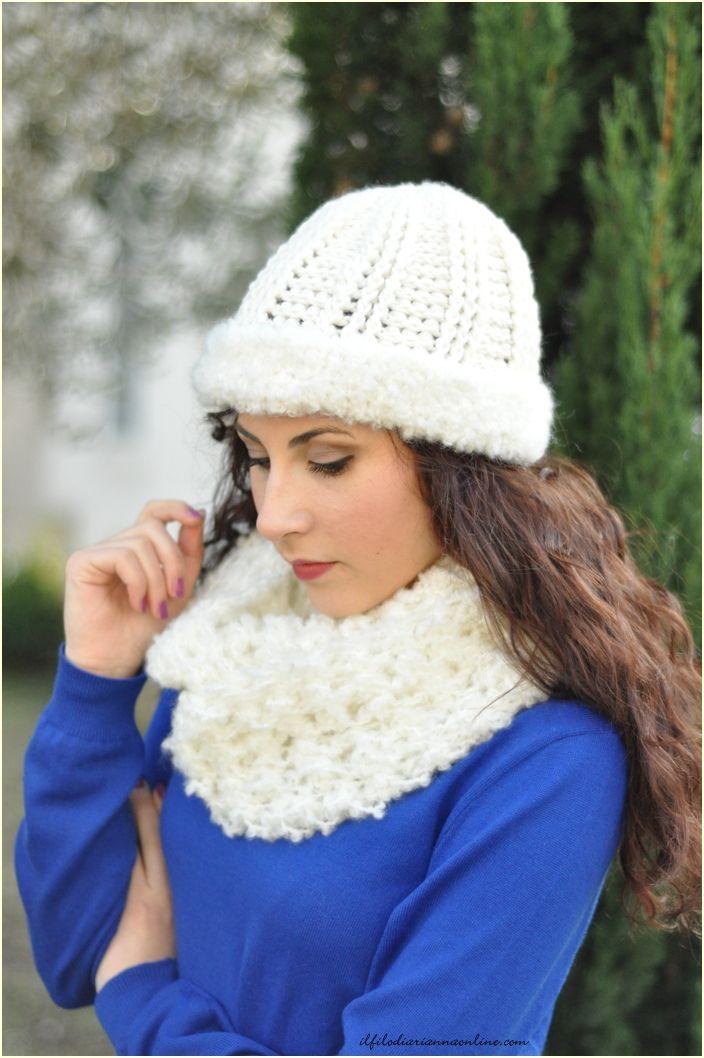 Cappello e scaldacollo: uncinetto in total white Il cappello, realizzato con una lana non troppo doppia è rifinito da questo maxi… | il filo di arianna | Pinte…
