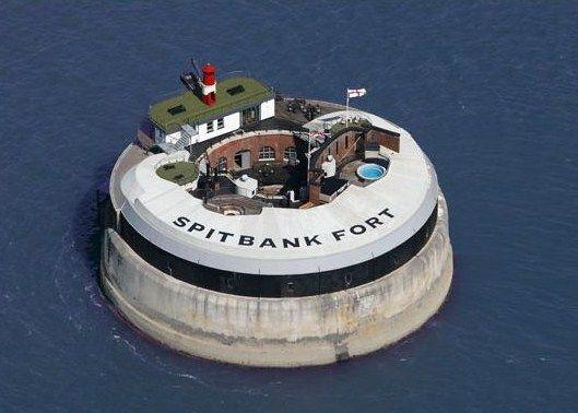 Grande Bretagne Spitbank Fort est l'une des quatre forteresses construites en mer au large de Portsmouth entre 1860 et 1880 et destinées à protéger cette ville portuaire contre une hypothétique invasion française. Celle-ci ne se produisit jamais mais le fort resta en service jusqu'à la fin des années 1950 où il fut désarmé et transformé en hôtel