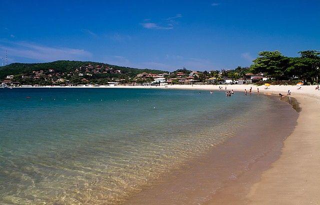 Ferradura | Búzios On Line Já o canto direito é mais tranquilo e contornado por mansões à beira-mar. Caminhando nessa direção, chega-se a uma pequena praia.