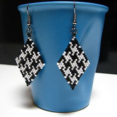 Boucles d'oreille en perles delicas miyuki motif pied de poule noir et blanc