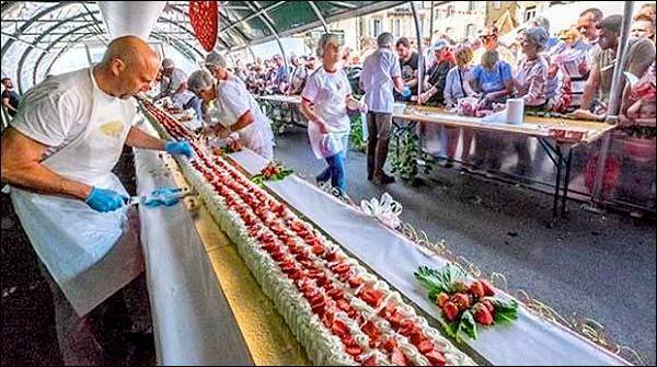 فرانس میں ماہر بیکرز نے 105فٹ طویل دنیا کا سب سے لمبا اسٹرابیری کیک تیار کر کے عالمی ریکارڈ قائم کر لیا