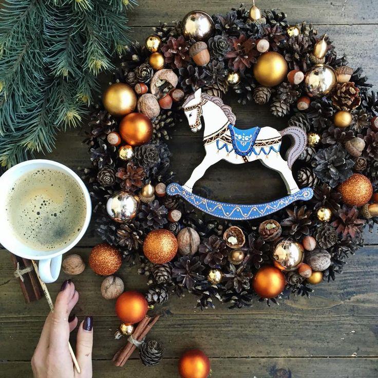 """Доброе утро!!!! ☕️🐎❄️❄️❄️ На фото: ❄️венок из шишек, орехов, шариков, желудей на каркасе из виноградной лозы. Диаметр 40см Отправляем его участвовать в конкурсе """"Рождественские плетения"""" #рождественские_плетения Такой венок, кстати, вы сможете сделать своими руками на нашем мастер-классе #МКвенок_бк ❄️лошадка-качалка деревянная, с ручной росписью 16х16х2см в новом цвете❌продана ☕️☕️☕️ В наличии #мастерская_бк #новогодниеигрушки_бк"""
