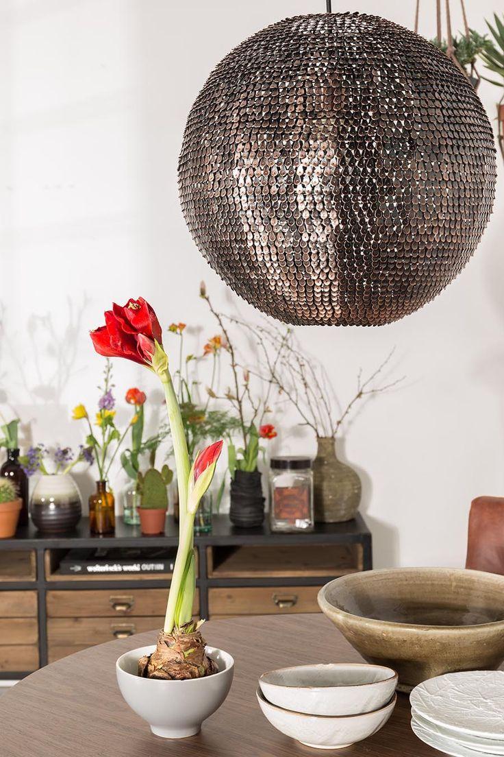 De Dutchbone Cooper hanglamp is een lamp met de hand gemaakt uit honderden kleine koperdeeltjes. Deze unieke hanglamp is in twee verschillende maten te verkrijgen.