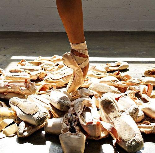 A través de un cortometraje de 5 minutos conoce la importancia de las zapatillas de ballet las cuales son una pieza fundamental en la danza clásica. http://www.linio.com.mx/libros-y-musica/musica-y-peliculas/