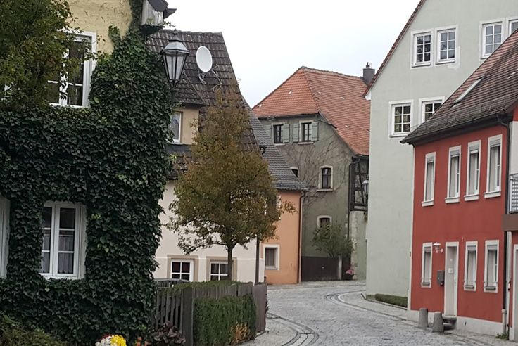 A Rota Românticada Alemanha é um dos roteiros de road trip mais famosos dopaís, ligando o Nemo (o rio), em Würzburg, até os Alpes (as montanhas) na divina com a Áustria, em Füssen. O caminho passa por outras 27 cidades e pode ser feito de automóvel, moto, ônibus e até de bicicleta (tem uma cicloviaContinue Lendo