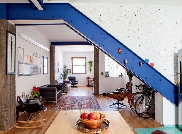 A decoração é bem clean, com poucos móveis, valorizando os espaços abertos. As bicicletas ficam embaixo da escada, e Fabrizio criou uma viga de aço pintada de azul para sustentar a construção e retirar todas as paredes (Foto: Lufe Gomes/Life by Lufe)