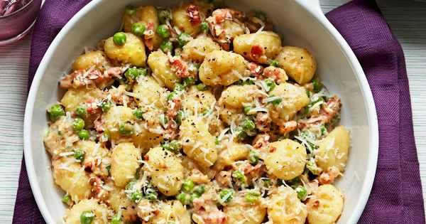 Super easy recipe for gnocchi with peas. Give it a twist with pancetta and parmesan and you'll have a quick dinner for two ready in under 30 minutes.