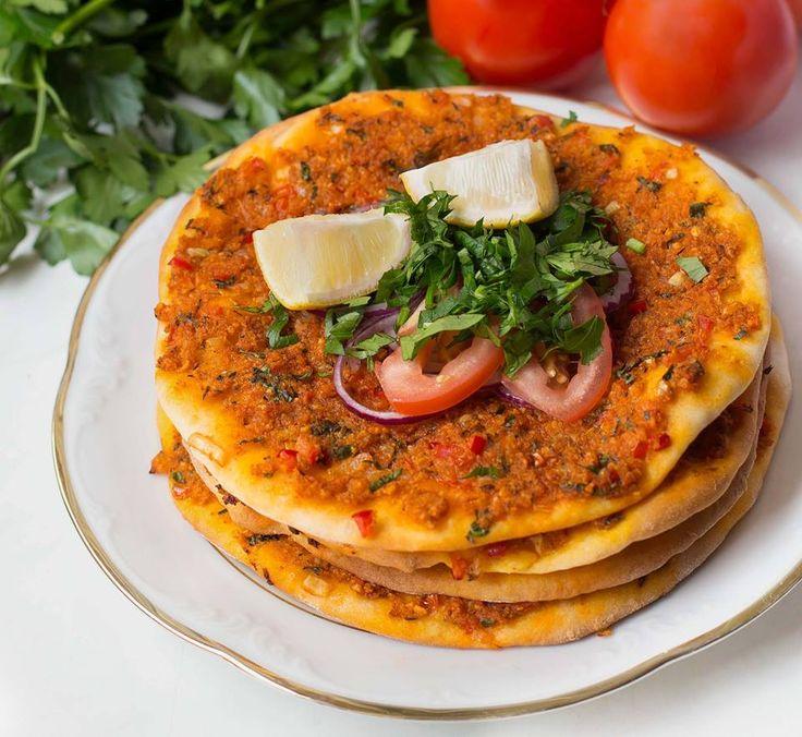 Diese vegane türkische Pizza (Lahmacun) schmeckt mindestens genauso gut wie das Original! Auch ohne Soja ein Genuss! Rezept auf Healthy On Green.