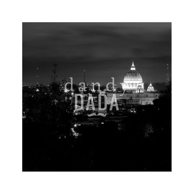 """La Sacra Cupola L'opera """"La sacra cupola"""" di Massimo Margagnoni appartiene alla collezione """"Roma"""". Roma è sempre magica sia di giorno che di notte. Nella collezione """"Roma"""" il fotografo Massimo Margagnoni immortala alcuni dei simboli della città eterna. Un tour pervaso dalla dimensione del ricordo inteso come grande luogo ricco di contenuti estetici da rivalutare. La fotografia, come una bussola, spinge il fotografo a solcare la forma e la luce."""