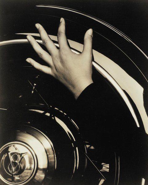 ФОТОГРАФИЯ: Hand and Ford Car, 1933  АВТОР: Альфред Штиглиц  СТОИМОСТЬ: $ 125 000  Фотография художницы Джорджии О'Киф, чьи руки очень нравились Штиглицу, на покрышке её автомобиля Ford V8. Историки считают, что снимок исследует изменение мобильности людей с распространением автомобилей. Распечатан в пяти экземплярах и был использован для мемуаров Штиглица.