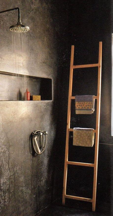 Tadelakt in een badkamer, de traditionele bepleistering in Marokko. Zeer arbeidsintensief, maar prachtig met de diepte die het geeft. Het bestaat uit een marmerpoeder plus leem. Op en top Aarde!