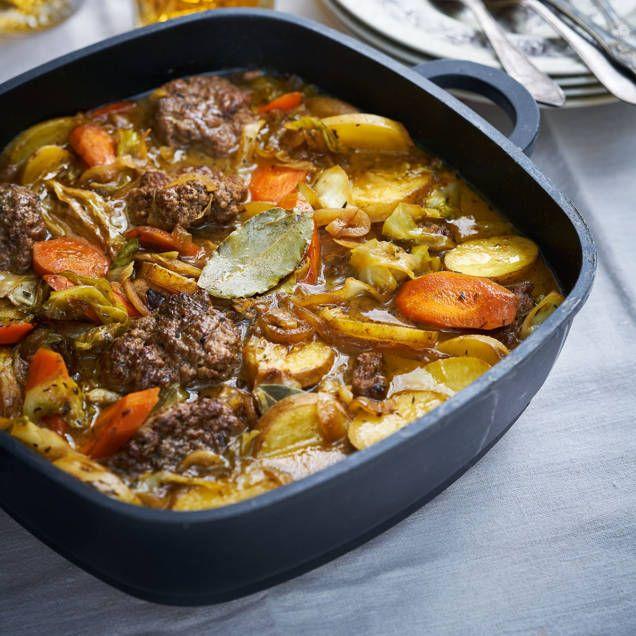"""Det här är en gryta som är inspirerad av den klassiska rätten sjömansbiff som görs på lövbiff, lök och potatis. Här byts lövbiffen ut mot nötfärs och lite vitkål, men allt kokar i buljong och mörk öl på samma vis. Rårörda lingon och inlagd gurka hör till! Recept ur """"Grytor med tillbehör"""" av Monika Ahlberg (Lind & Co). Boken hittar du bland annat på Adlibris."""