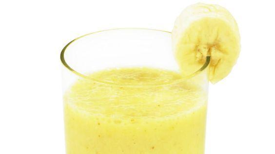 Wer Schlafprobleme hat, sollte nicht vorschnell zu Schlafmitteln greifen. Bananwasser entspannt und hilft beim Ein- und Durchschlafen!