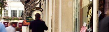 Jeremyn Street - Aan de achterzijde van Fortnum & Mason's zit deze straat waar zich van ouds her kleermakers vestigden. Nu vind je er winkels met o.a. herenkleding.  Onze favorieten zijn Pink en T.M. Lewin.