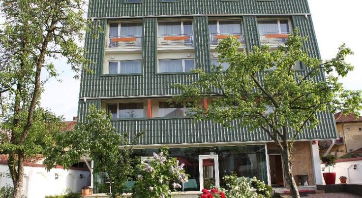 Hotel Jasmine Brasov, #Hoteluri #Brasov. Situat in zona rezidentiala a Brasovului, Hotelul Jasmine ofera camere cu aer conditionat si balcon, precum si acces gratuit la internet Wi-Fi in intreaga cladire. Camerele au vedere la gradinile hotelului si la pomii fructiferi. Fiecare unitate este dotata cu TV prin cablu si minibar. Restaurantul serveste preparate din bucataria traditionala si internationala, intr-o ambianta confortabila. Hotelul Jasmine ofera, de asemenea, o sala de conferinte…