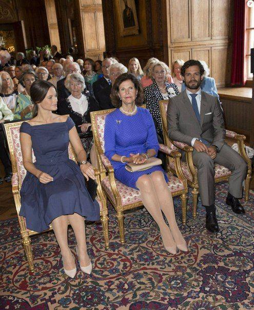 28.08.2015-Королева Сильвия, Принц Карл Филипп и Принцесса София на открытии выставки, посвященной принцессе Лилиан | 38 фотографий